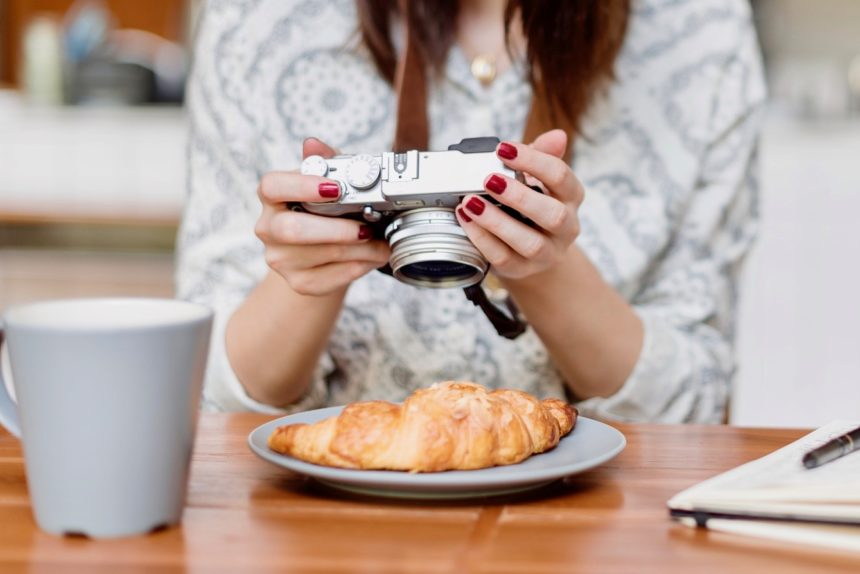 https://backup.foodies-asia.com/wp-content/uploads/2017/10/Woman-Photographer-Food-Croissant-Photography-Concept.jpg