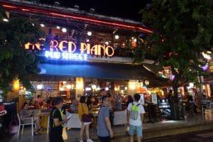 『The RED PIANO(ザ・レッドピアノ)』カフェ・バー